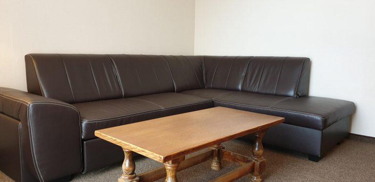 kanapa w pokoju dwuosobowym zorza
