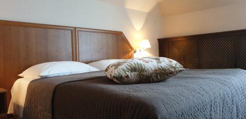 łóżko podwójne w hotelu zorza